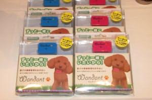 犬専用の歩数計「わんダント」。小型犬でも無理なく装着できるよう、機能を絞りこみ重さ16グラムと軽くした。犬の首に装着するための専用首輪も用意する。予想実売価格は、1年分のクラウドサービス利用料を含み1万円前後