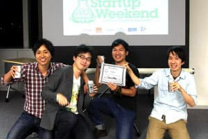 チームで1位をとった記念撮影。浅谷治希(右から2番目)は賞状を掲げる
