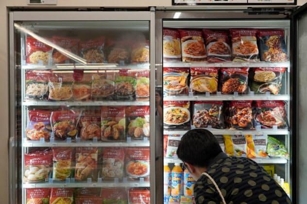 ファミリマートは冷凍食品の売り場を拡張する(東京・新宿)