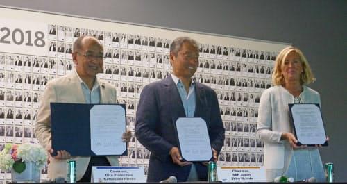 相互協力協定を調印した大分県の広瀬勝貞知事(左)、SAPジャパンの内田士郎会長(中央)、米SAPアカデミー のメアリー・ラング グローバルバイスプレジデント(27日午前、米サンラモン)