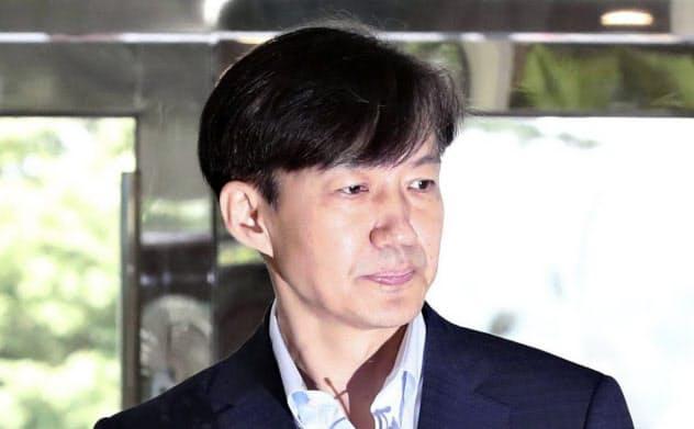 ソウルで記者団の質問に答える文大統領側近の曺国氏(8月30日、聯合=共同)