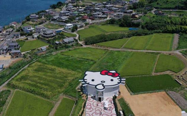 空から巨大なハローキティが見える「ハローキティショーボックス」(兵庫県淡路市野島平林177-5) (c)1976, 2019 SANRIO CO., LTD.(写真提供/パソナグループ)