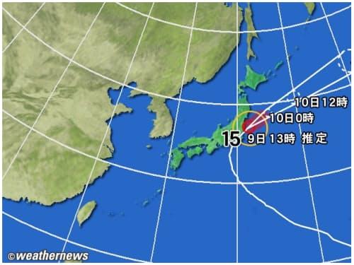 黄円の範囲は風速15m/s以上の強風域。赤円の範囲は風速25m/s以上の暴風域。白の点線は台風の中心が到達すると予想される範囲。薄い赤のエリアは暴風警戒域