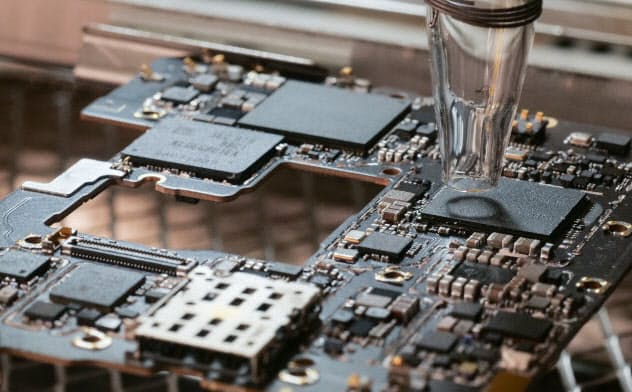 リワーク装置で熱風を当ててDRAMをメイン基板から外す(写真:加藤康)