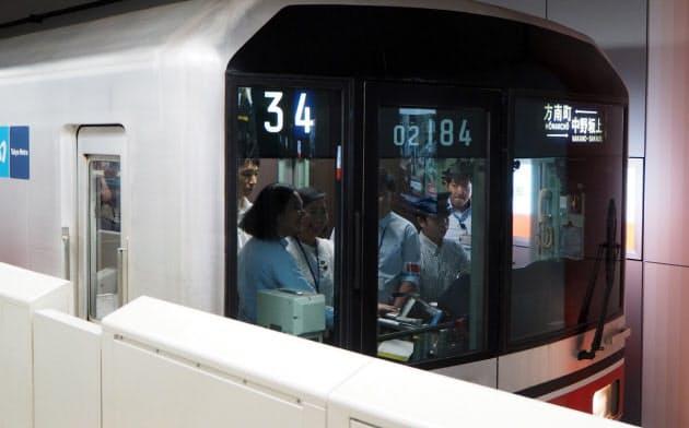 東京メトロ丸ノ内線でフィリピン運輸省職員が電車の運転室に添乗して見学する様子(写真:日経 xTECH)