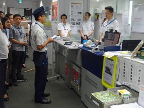 乗務員が乗務開始前に申告する様子を見学(写真:日経 xTECH)