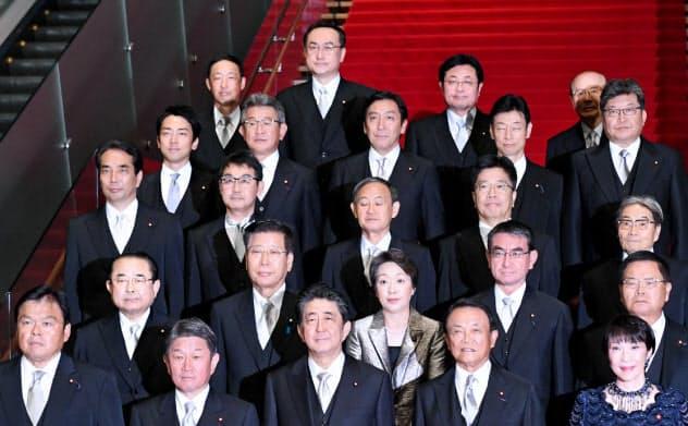 記念撮影に臨む第4次安倍再改造内閣の閣僚ら(11日、首相官邸)