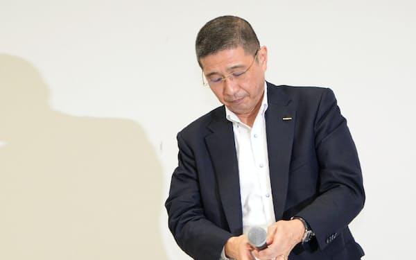 記者会見を終え席を立つ日産自動車の西川社長(9日、横浜市)