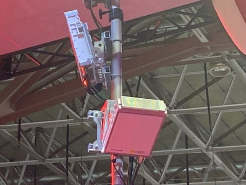 ブースに設置された5Gのアンテナ(撮影:日経xTECH)