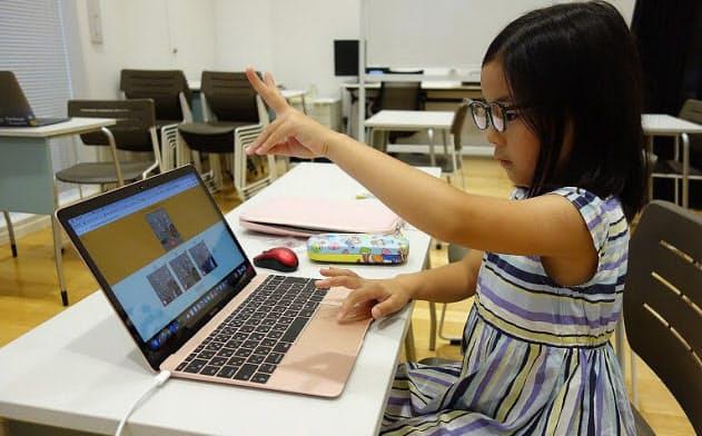 児童がグーチョキパーをAIに学習させている様子(出所:グルーヴノーツ)