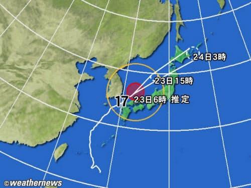 黄円は風速15m/s 以上の強風域、赤円は25m/s以上の暴風域。白の点線は台風の中心が到達すると予想される範囲。薄い赤のエリアは暴風警戒域