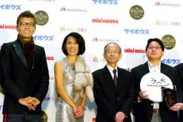 「ベストチーム・オブ・ザ・イヤー2012」の授賞式に参加したNHN Japanの舛田淳執行役員(右)。順に実行委員会委員長を務める一橋大学の野中郁次郎名誉教授、同審査員の有森裕子氏とおちまさと氏