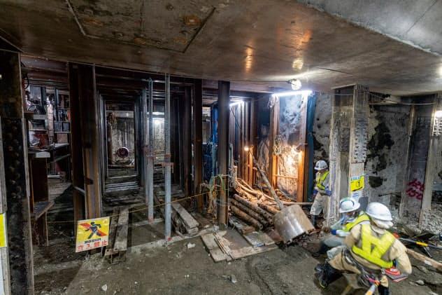 既設トンネル下の地下2階に新駅のコンコースを設けるため、仮受け杭を施工する。写真上のコンクリートは新駅の地下1階と地下2階を仕切る床版
