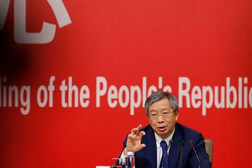 デジタル人民元について会見で初めて言及した中国人民銀行の易綱総裁(写真:ロイター/アフロ)
