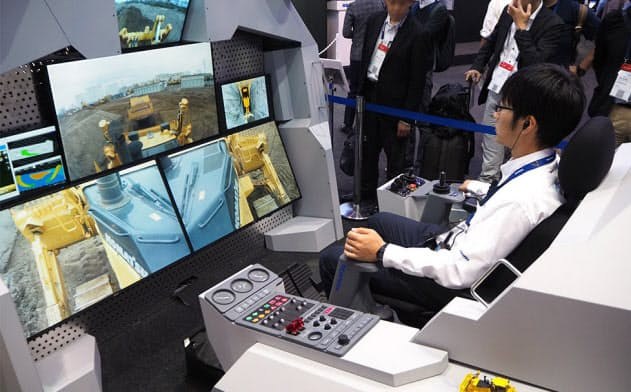 「CEATEC JAPAN 2018」にコマツが出展した建設機械の遠隔操縦デモンストレーション