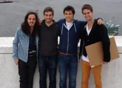 スナップチャットの従業員。1番右がエバン・スピーゲル共同創業者。右から2番目がもう1人の共同創業者、ボビー・マーフィー氏