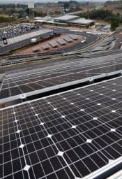 図1 メガソーラーの一例。写真は4000枚の太陽光パネルを設置した、大分自動車道山田SA(福岡県朝倉市)