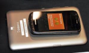 図1 タブレット端末からスマホに無線で給電するデモンストレーションの様子