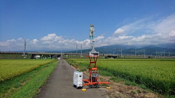 東海道新幹線の線路付近に設置された5Gの実験用基地局(出所:NTTドコモ)