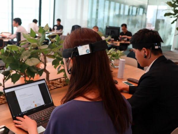 東急不動産ホールディングス・東急不動産の新本社オフィス。従業員が頭部に脳波測定キットを装着している