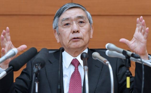 日銀は従来より緩和に前向きな姿勢を示しつつある(9月19日、金融政策決定会合後、記者会見する日銀の黒田総裁)