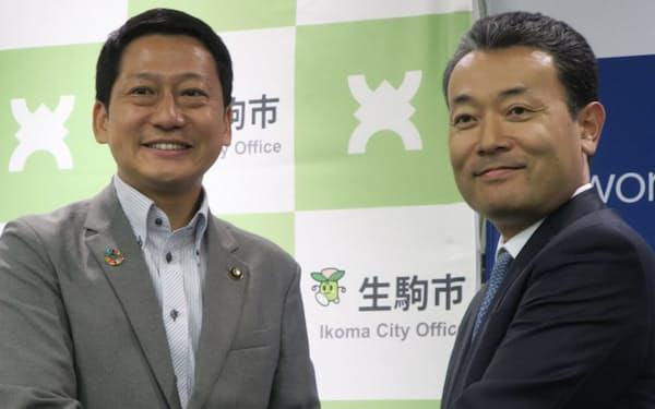 左から生駒市の小紫雅史市長、エン・ジャパンの鈴木孝二社長