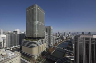 南西から見たフェスティバルタワーの全景。最高高さは198.96m。堂島川と土佐堀川に囲まれた中之島エリアで、現在、最も高い。写真左手前の西地区と合わせて特区に認定されており、ツインタワーとなる予定だ(写真:生田将人)