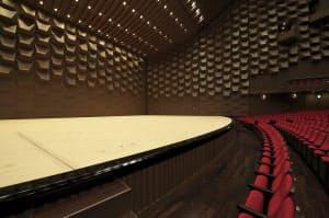 写真1 間口は以前と同じながら可動式になったホール舞台。舞台の間口はこれまで30mだったが、24.5mから30mまでの可動式に変わった(写真:生田将人)