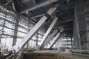 写真4 施工中から存在感が際立つメガトラス。施工中だった2011年6月時点の様子(写真:生田将人)