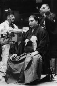 東京蔵前国技館で行われた大鵬の断髪式。師匠の二所ノ関親方が最後に大いちょうのまげを切り落とした(1971年10月2日、蔵前国技館)