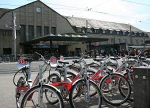 スマートシティのサービス創造では、柔軟な発想が求められる。写真は、独カールスルーエ駅前で実運用されている自転車のシェアリングサービスの例