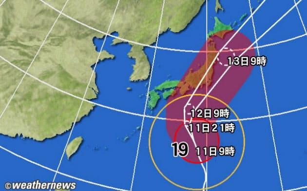 黄円は風速15m/s以上の強風域、赤円は25m/s以上の暴風域。白の点線は台風の中心が到達すると予想される範囲。薄い赤のエリアは暴風警戒域