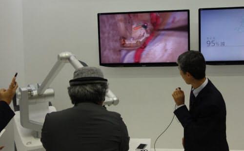 4K 3D手術用顕微鏡を使ったデモンストレーション。写真では分からないが、専用のゴーグルを着用することでディスプレーの映像が3Dで見えるようになる。手術の精度向上につながる(撮影:日経 xTECH)