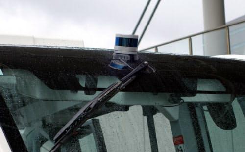 車体の天井部分に搭載されたLiDAR(撮影:日経 xTECH)