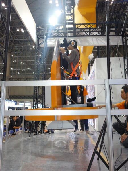 垂直離陸時には、50~60センチほど機体がつり上げられる(撮影:日経 xTECH)