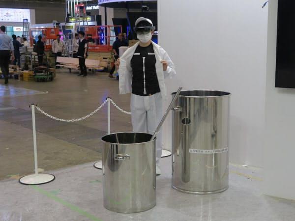 ARグラスと衣服型センサーを組み合わせる。食品工場を想定したデモを披露(撮影:日経 xTECH)