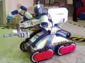 図2 三菱重工業の双腕型ロボット「MHI-MEISTeR」。建屋内のコンクリートのサンプルを切り出したり、2本のアームを使って配管を切断したりする作業を想定している(主な仕様:外形寸法は長さ1250×幅700×高さ1300mm、質量440kg、移動速度は毎時 2km。アーム1本当たりの可搬質量15kg。段差220mm、傾斜40°までの階段を昇降できる)
