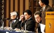 経営方針説明会に臨む任天堂経営陣。岩田聡社長(中央)は硬い表情だった(31日、東京都千代田区)