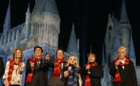 「ウィザーディング・ワールド・オブ・ハリー・ポッター」の開業日を発表する安倍首相(左から2人目)、キャロライン・ケネディ駐日米国大使(左から1人目、当時)ほか (ユー・エス・ジェイ提供)