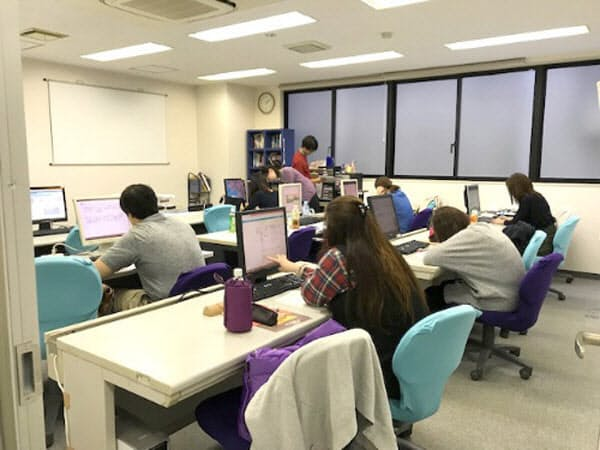 「大人塾」には大卒の大手製造業、サービス業の現役社員も通う
