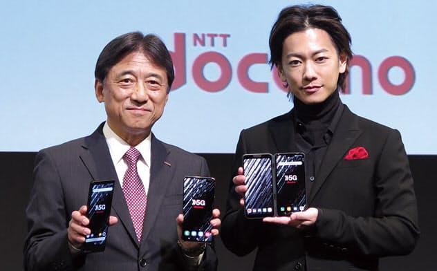 NTTドコモの5Gプレサービス発表会壇上に立つNTTドコモの吉沢和弘社長(左)