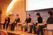 「WEBは政治を変え得るか」のセッションに参加したジャーナリストの津田大介氏のほか、柴山昌彦氏、鈴木寛氏、夏野剛氏、松田公太氏(左から)