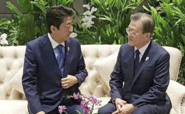 4日、バンコク郊外で歓談する安倍首相(左)と韓国の文在寅大統領=韓国大統領府提供、聯合・共同