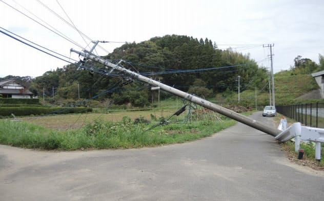 9月の台風15号で倒れた千葉県茂原市の電柱(写真:日経xTECH)