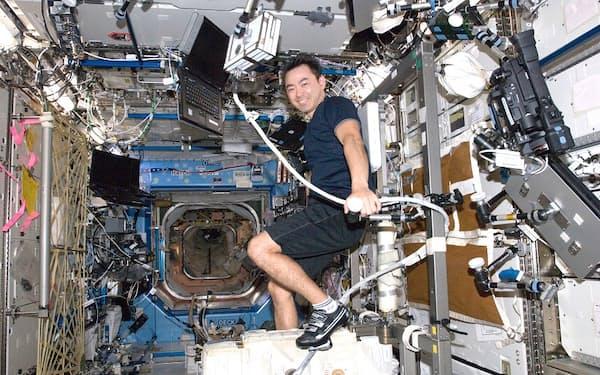 2回目の宇宙滞在時、エクササイズ用自転車で運動する星出さん。こうした運動が早い筋力回復にもつながった /撮影日:2012年11月17日(日本時間)(C)JAXA/NASA