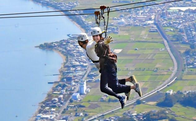 標高約1100メートルの山中をワイヤで滑空(大津市のびわ湖バレイ)=小幡真帆撮影
