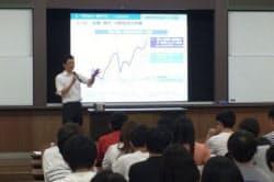 金融庁職員による「出張授業」の様子(金融庁提供)