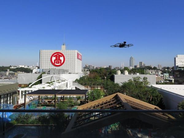 玉川高島屋ショッピングセンターの屋上広場上空を飛行するドローン