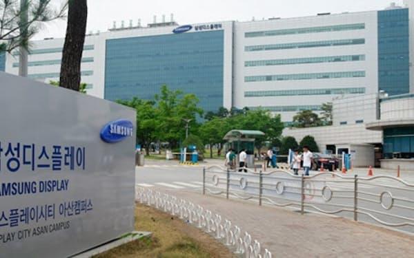 韓国中部の工場で生産ラインを整備する。テレビ向けパネルでも液晶から有機ELへのシフトを急ぐ(忠清南道牙山市、サムスン提供)