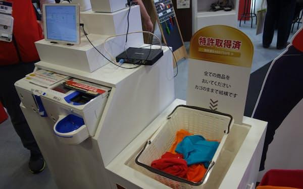 ユニクロを特許侵害で訴えたアスタリスクのセルフレジ。「第3回 店舗ITソリューション展 秋」(10月23~25日、幕張メッセ)で展示していた(写真:日経 xTECH)